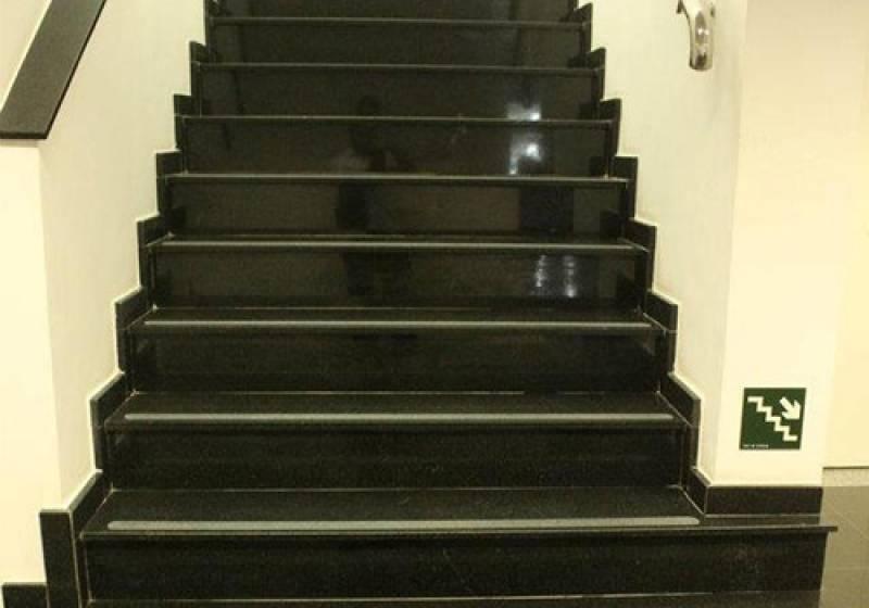 Instalação de Escada de Granito com Rodapé Brás - Escada de Mármore Travertino